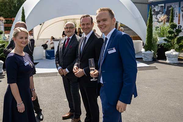 Group Schumacher Firmenjubiläum Selina, Heinz-Günter, Moritz Schumacher mit Minister Dr. Wissing